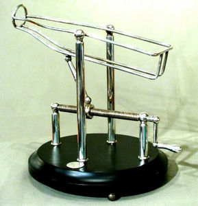 ERNEST JOHNSON ANTIQUES - decanting cradle - Carafe � D�canter