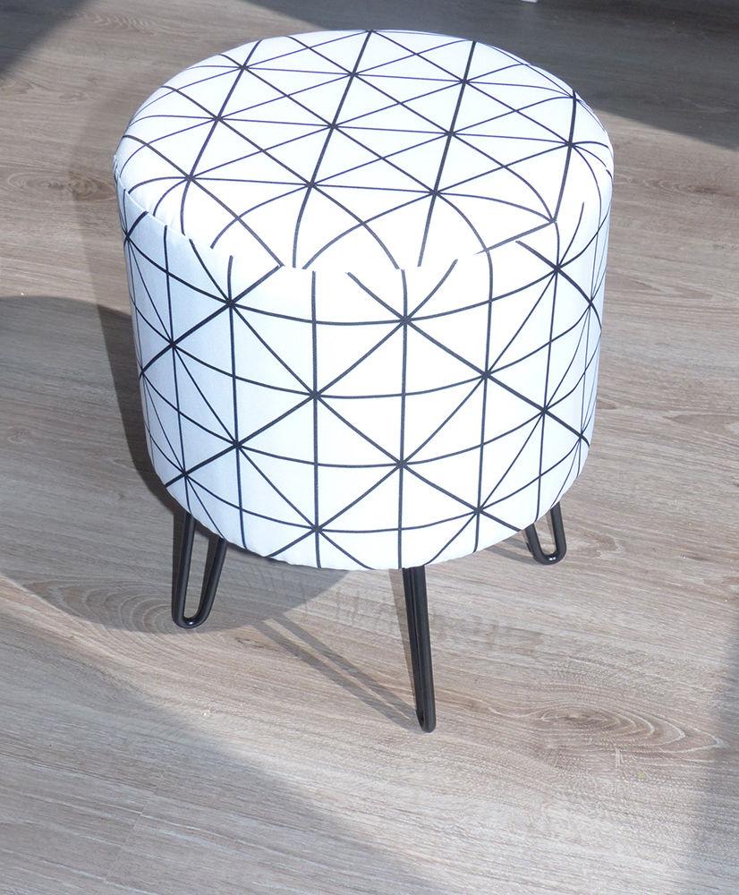 pouf rond pieds fils et motifs g om triques pouf noir. Black Bedroom Furniture Sets. Home Design Ideas