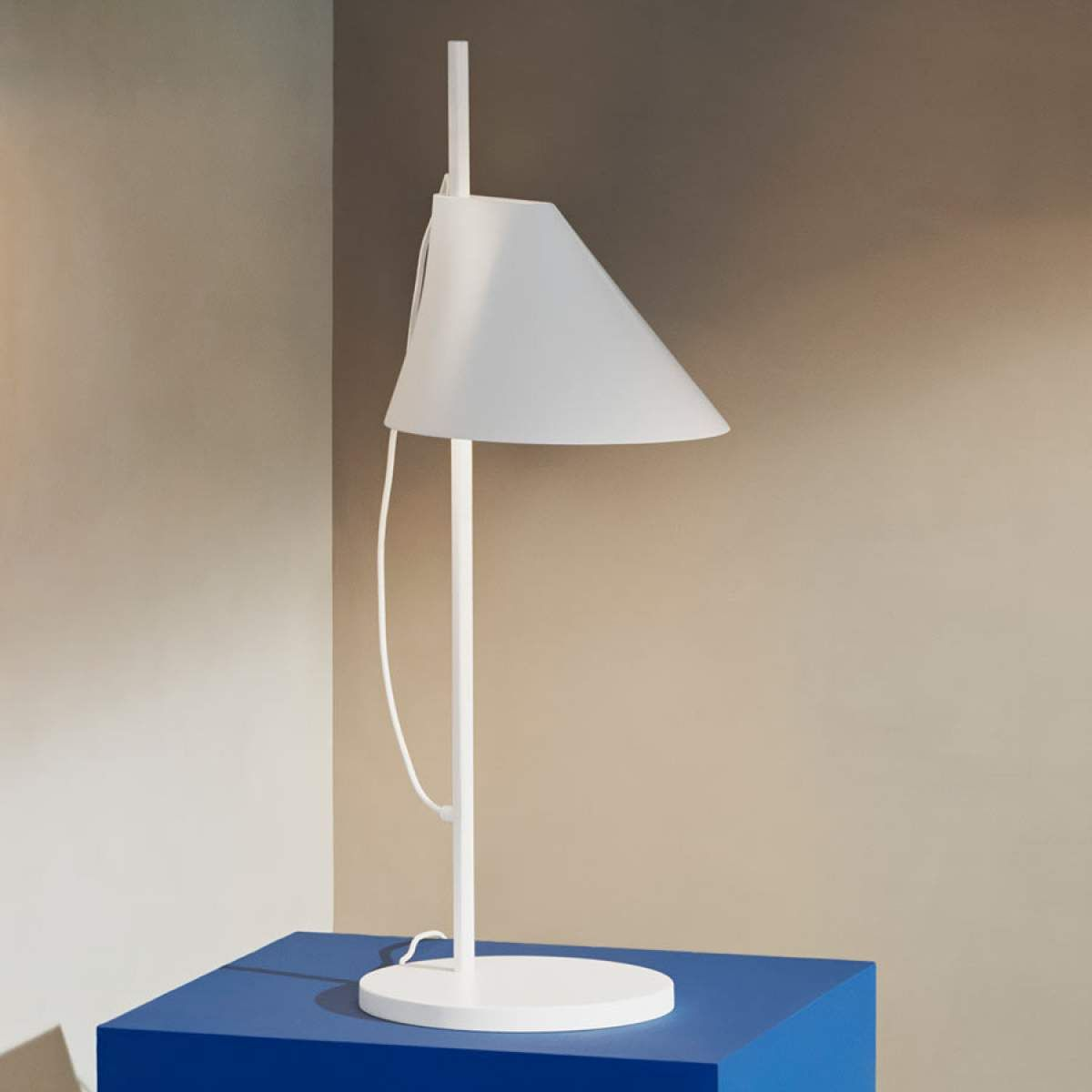 louis poulsen yuh lampe poser led blanchelampe poser. Black Bedroom Furniture Sets. Home Design Ideas