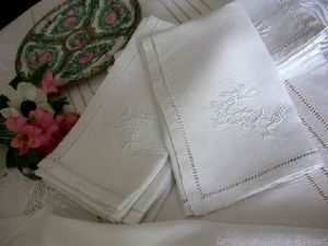 Maison du Lin et de la Dentelle (linge-ancien.com) -  - Matching Tablecloth And Napkin Set