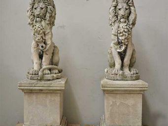 GALERIE MARC MAISON - lions, paire de statues en pierre - León