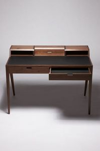 DARE STUDIO - katakana writing desk - Escritorio