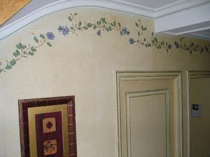 pique decor - frise sur murs fausse pierre et portes patinees - Friso