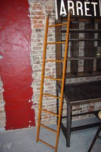LE MARCHAND D'OUBLIS - echelle industrielle - Escalera De Biblioteca